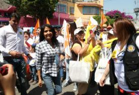 Barrales toca puertas de Iztacalco para pedir votos con su foto
