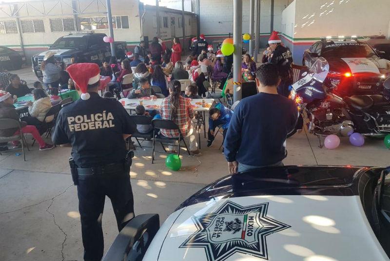 Federal Escasos Entrega De Recursos24 Policía Juguetes Horas A Niños WD2HI9E