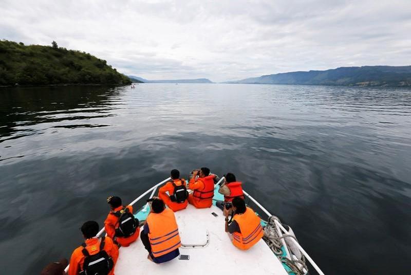 Pasajeros de un ferry en Indonesia saltan al agua por pánico ante COVID-19. Noticias en tiempo real