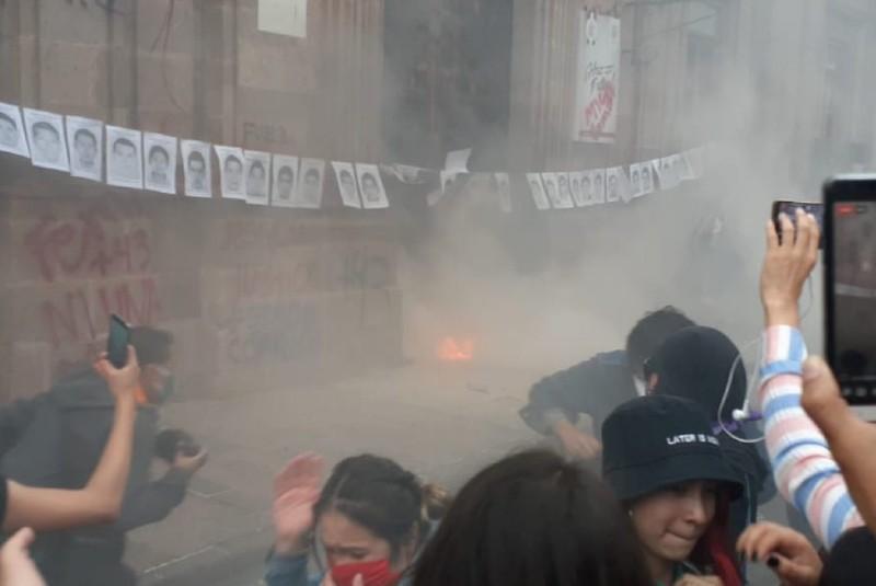 Intentan prender fuego a la puerta de Palacio de Gobierno. Noticias en tiempo real