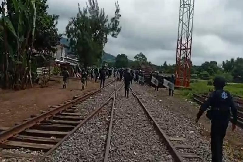 Chocan normalistas con antimotines en Uruapan  (+video). Noticias en tiempo real