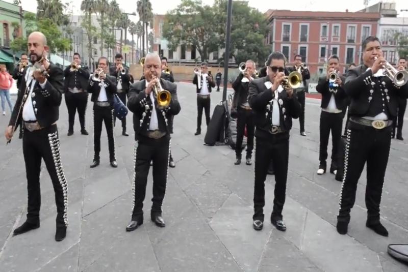 Mariachis cantan 'Cielito Lindo' en agradecimiento a Chivas por donación de despensas. Noticias en tiempo real