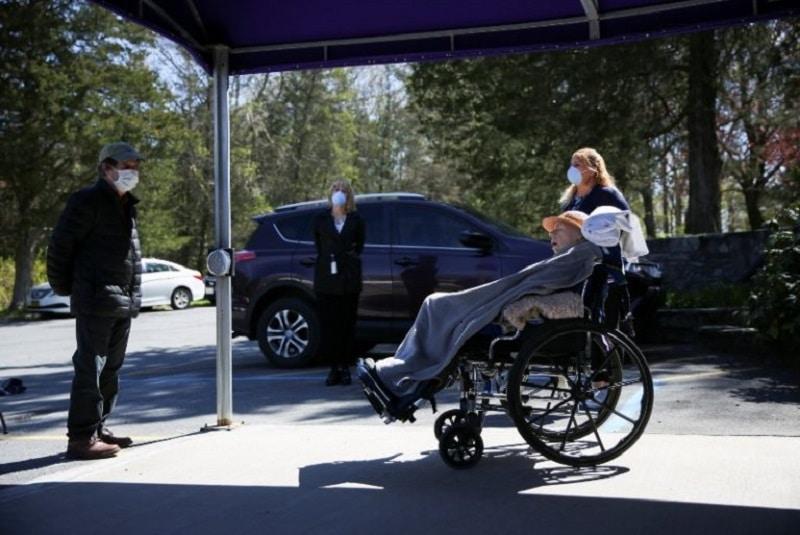 Mujer lleva a un abuelito muerto al banco para intentar saquearlo. Noticias en tiempo real