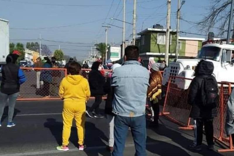 Bloquean avenida central tras cierre de centros de vacunación en Ecatepec (+video)