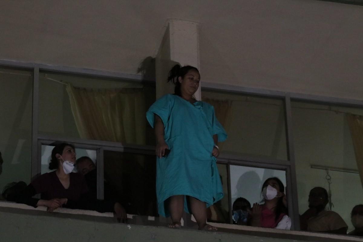 Salvan a mujer que pretendía lanzarse desde segundo piso de clínica en Saltillo (+video)