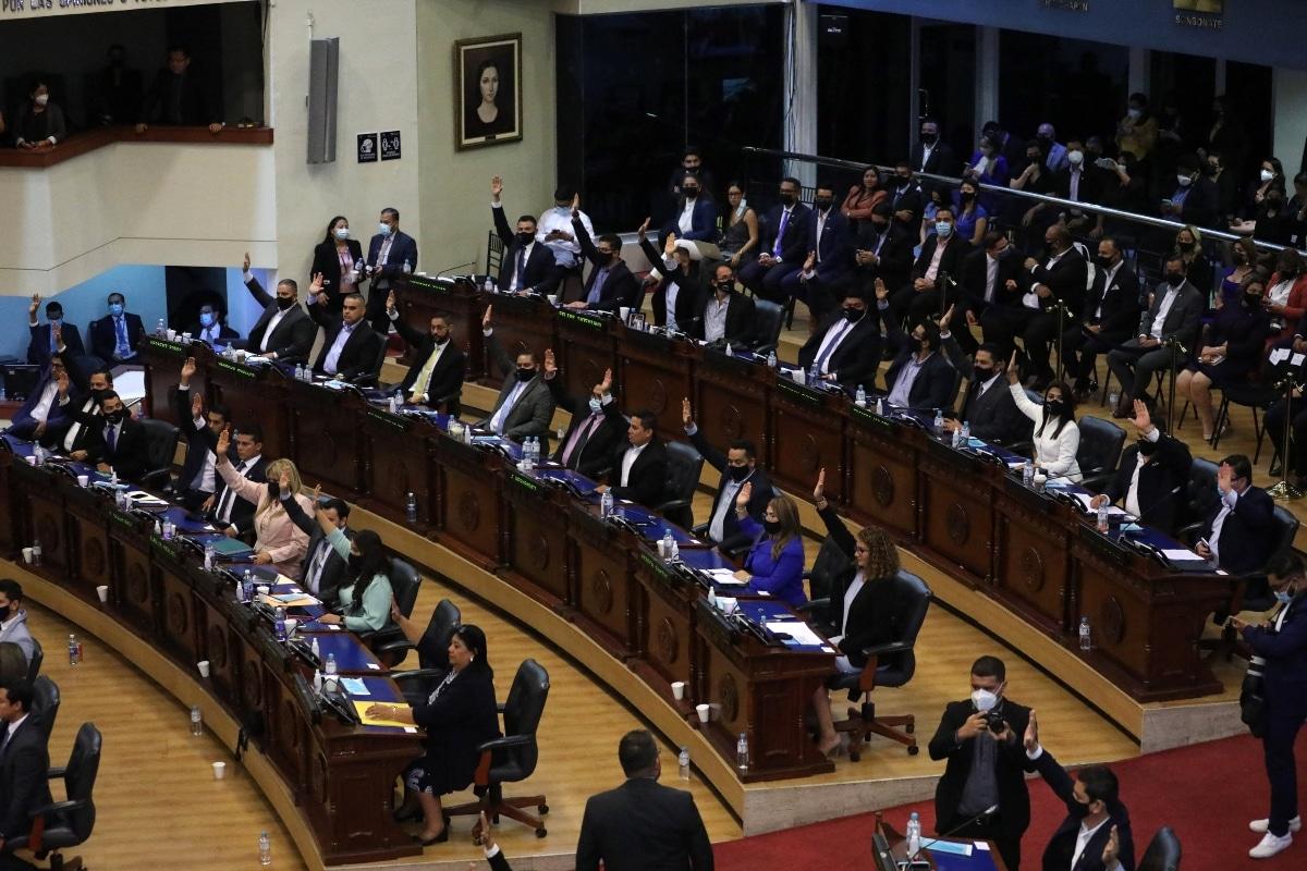 A placer, Bukele quita y pone cinco ministros