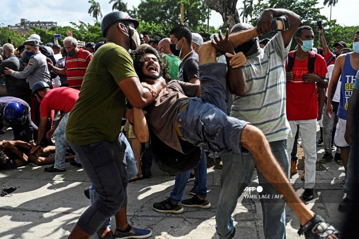 """""""Me cogió con las dos manos por el pelo y me dijo: ¡Por mercenario!"""". Un maestro denuncia abusos en Cuba"""