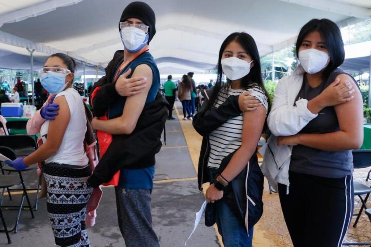 VIDEO: Al ritmo de Danna Paola, La Factoría y Karol G, centennials reciben vacuna contra Covid